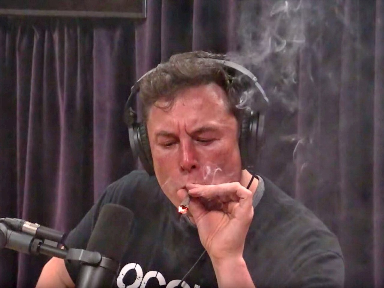 Elon Musk smokes a mix of Marihuana and Tabacco